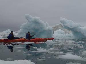 Kenneth Almgren och Michelle Stenholm fick möjlighet att padla kajak bland isbergen utanför Grönlands kust.
