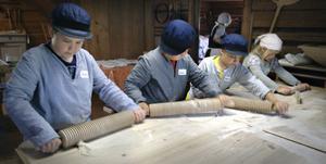 Full aktivitet i bagarstugan. Robin, Noah, Martin och Tove bakar eget tunnbröd.