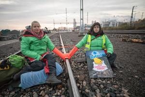 Greenpeace-aktivister som blockerar järnvägen vid Östrandsfabriken.