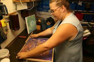 Förbereder. Carina Rickard håller nu på att göra ordning sina tavlor inför utställningen på Galleri Svanen.