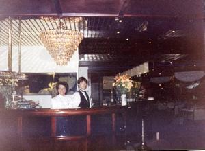 Att hänga i baren var populärt. Takkronorna var tjusiga och baren den längsta i Sverige.