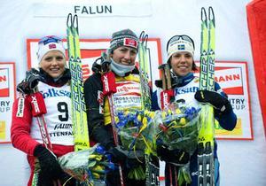 Justyna Kowalczyk (mitten) vann både sista tävlingen och världscupen, här med Therese Johaug och Charlotte Kalla på pallen.