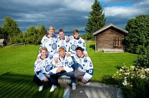 Martin Janolhs, stående till vänster, och Martin Karlsson, stående i mitten, fick kontrakt redan i fjol. Till den här säsongen har Leksand fyllt på a-laget med Victor Rask, stående till höger, och, sittande från vänster, Patrik Norén, Erik Hanses och Jon Knuts. Foto:Kjell Jansson