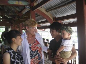 Agneta Strömqvist (i blommig klänning) fick äntligen träffa sitt första fadderbarn som hon har hjälpt i tolv år. På bilden syns fadderbarnet (till vänster) tillsammans med fadderbarnets man och son.