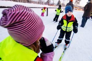 """I spåret träffar LT Arvid Söderlundh, fem år. Han berättar för Moa Stigsdotter att man åker i olika spår beroende på åt vilket håll man ska åka.Vad är det bästa med skidåkning ?""""Att får riktigt hög fart"""", säger Arvid Söderlundh.Foto: Ulrika Andersson"""