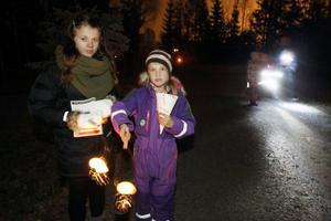 Systrarna Alida Lind och Lea Bodne, 7 och 12 år, hade gjort lyktor innan de gav sig ut i Jamtlinatten. De var på väg på dansuppvisningen.