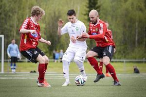 Stefan Forsberg till höger kör vidare en säsong till i Valbo. Här en bild från bortamatchen mot Ånge förra säsongen.