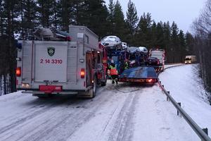 De två trailersläpen kilade fast i varandra och blockerade vägen.