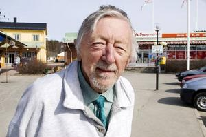Nils-Axel Didriksson visar film om ångbåtstrafiken på Storsjön vid Vattjoms brygga.Foto: Sandra Högman