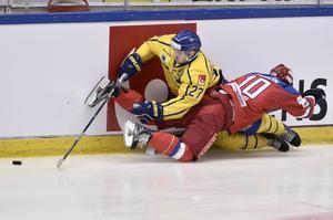Brynäs Pathrik Westerholm fortsätter spela bra i landslaget. Här tränger han sig förbi Rysslands Vladimir Galuzin