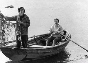 Tove Jansson och livskamraten Tuulikki Pietilä under en fisketur i Finska viken 1961. Under 30 års tid var den lilla ön Klovharun parets hem i skärgården under sommarhalvåret. Foto: Alf Lidman/TT