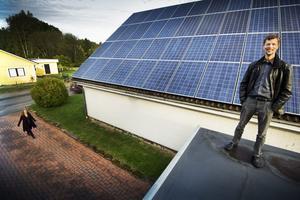 Strålande. Solpaneler på halva villataket blir en lysande affär, säger Jens Ljunggren, och en hållbar energilösning för hushållet.BILD: PER ¿KNUTSSON