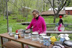 Kokar i grytorna. Maten lagades utomhus och Ingela Lysén såg till att det kokade.