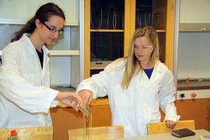 I kemisalen bar eleverna vita rockar som sig bör.