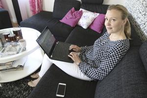 """Sara Seltborg vågade till slut ta klivet och starta eget företag. I dag driver hon Seltborg kommunikation AB - från sin arbetsplats hemma i Irsta. """"Den sociala biten och energin får jag hos kunderna"""", säger hon."""