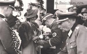 Sacha Batthyanys gammelfaster var inblandad i en nazistisk massaker.
