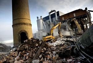 Sorteringsjobb. Att riva ett helt industriområde tar tid. Varje material ska sorteras för sig, tegel, metall, trä, gipsskivor.