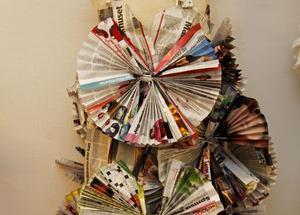 Rebecka Lind har använt modemagasin och dagstidningar i detta plagg.