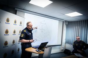 Patrik Åkerlund, stabens insatsledning, visar hur polisen spärrat av Falu centrum, och var PL24-området är.