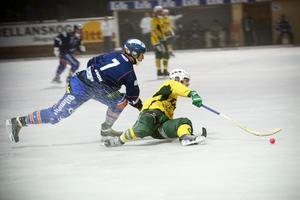 Gul spelare på fall. LBK:s Oscar Jonsson i duell med Bollnäs Erik Olovsson.