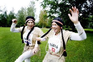 """Peppade andra. Anja Toikannen och Gunborg Haglund ville peppa andra tjejer och ha kul. """" Vi ska vinna dräktpriset, det är nog bara vi som är utklädda""""..."""