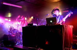 Duon Systraskap imponerar med sin elektromusik under konserten på Pipeline.