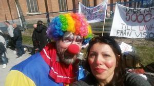 Mitra Belevad besökte 1 maj i Falun med Clowner mot nazism. Bredvid sig har hon Mikael Nordlund.