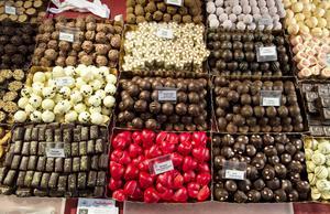 Chokladpraliner i olika former och med olika smaktoner ligger och väntar på att få provsmakas under vin- och delikatessmässan i Stadshuset.