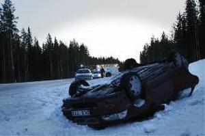 Två vuxna och ett barn färdades i bilen som gick av vägen och voltade i höjd med Gålsjö Bruk.