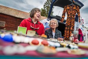 Birgitta Frisk, till vänster i bild, och Margareta Jansson, till höger i bild, har en mini-loppis uppställd för tredje året i rad på nationaldagsfirandet. De säljer bland annat kläder, växter och smycken och Margareta beskriver produkterna som glitter och glaumor, med ett brett leende.