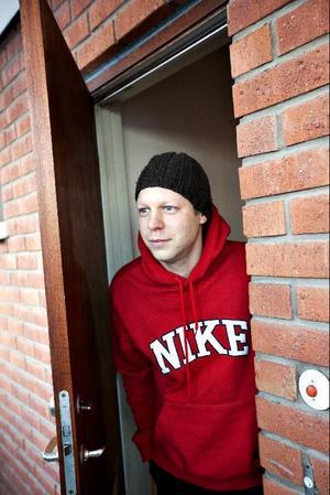Ronny Österberg var hemma för att sköta sin magsjuka dotter under måndagen. Han kokar vatten men tycker att det både smakar och lukar illa.