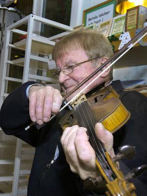 Spelmannen Hugo Westling har spelat Hårgalåten ända från första året.