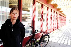"""Marina Nilsson var den som höll öppet på Lugnviks bibliotek på fredagen. Annars jobbar hon mest på huvudbiblioteket inne i stan. """"Just i dag är det lugnt här, det är ju klämfredag,"""" säger Marina Nilsson som liksom sin arbetskamrat Åsa Andersson tycker det vore tråkigt om biblioteket i Lugnvik lades ned.""""Jag tycker inte biblioteket ska läggas ner. Det blir få saker kvar i Lugnviks centrum,"""" säger Eva Sparf som på i fredags var på väg att besöka biblioteket."""