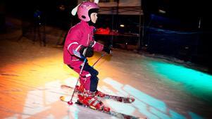 Discomusik i bakgrunden. Förra vintern tyckte Lova Fröjd (då 8 år) om att hoppa i backen.