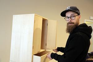 Christoffer Lehto med ett skåp han byggt i praktisk ståhöjd.