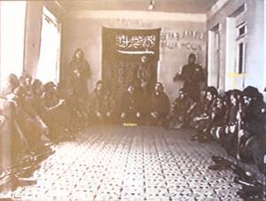 Till höger sitter den tidigare Gävlebon som var befäl i en seperatistisk islamistisk grupp i Tjetjenien. I mitten