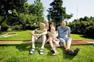 MINIGOLFENTUSIASTER. Familjen Holmgren samlade vid golfbanan. Från vänster: Olle Holmgren, Helena Holmgren, Ebba Lind, Jonas Holmgren och längst bak Evy Holmgren.