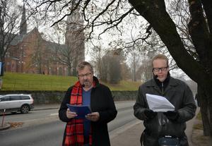 Bakom Tomas Melander och Jonas Moström anar man polishuset.