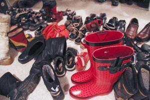 Lagret är fyllt till bredden med kläder, skor och prylar.