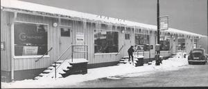 Några butiker blev husvilla när det revs och byggdes nytt kring Stortorget. Då fick de tillfälliga lokaler i en barack som sträckte sig över nästan hela torget.