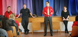 Cecilia Wennberg-Stener, Kristoffer Halvarsson, Christer Lindgren och Ruth Gahn informerade elever på Stenhamreskolan om snatteri.