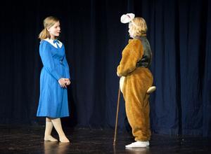 På lördag har Unga Örnars teatergrupp Gott och Blandat premiär på Alice i underlandet. Under helgen repeterade teatergruppen som består av ett 20-tal barn i åldern 7-12 år. Alva Sörman (bilden) delar på rollen som Alice tillsammans med Emma Nordin