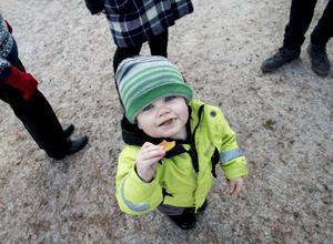 Emil Olsson njuter av en pepparkaka.