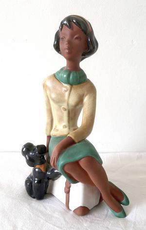 Tjejen med pudel: Tjejen med pudel är av okänt ursprung, men gissningsvis tysk. Jag och min man tycker att hon har lika mycket känsla som de finaste figurinerna från kända keramiker.