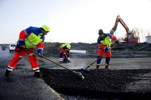 Järnvägsrälsen går inte ut på skogsskiftet eller gården och därför behöver vi ett fungerande vägnät för att kunna transportera ut råvarorna från skog, mark och gård för att få en fortsatt utveckling och tillväxt i hela Jämtland. Det skriver Per Åsling (C) och Bo Ottosson.