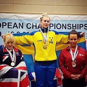 Olivia Särnbratt tar emot guldmedaljer.