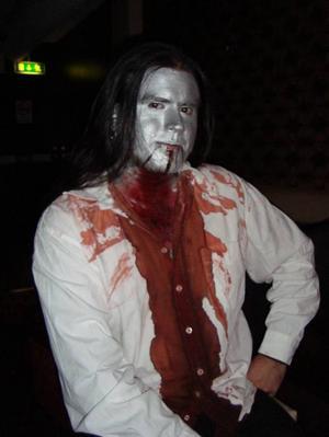 Andreas Vaple, 31 år, driver O´learys, Gävle:Hur mycket arbete och pengar har du lagt ner på din outfit?–  En halvtimme, och blodet kostade 100 kronor.Har du sett ett spöke?– Nej! Jag tror inte på spöken.