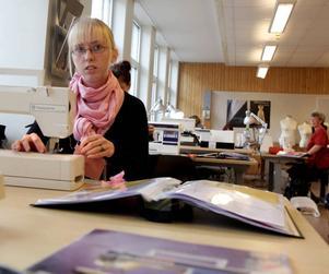 VILL BLI TEATERSKRÄDDARE. Sara Renvaktar tycker om dramatiska och historiska kläder. Hon vill utbilda sig vidare sedan hon fått behörigheten på mode- och designutbildningen i Sandviken.