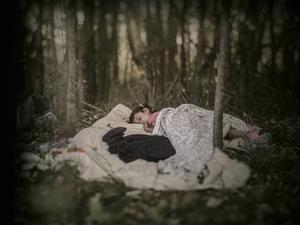 Lamar från Bagdad ligger på en filt i skogen vid Ungerns gräns 2015.