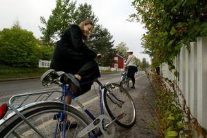 Två cyklar finns på bakgården vid Christina Smiths och Rachel Turbows bostad. Men de används ganska sällan eftersom den ena dessutom är en herrcykel.